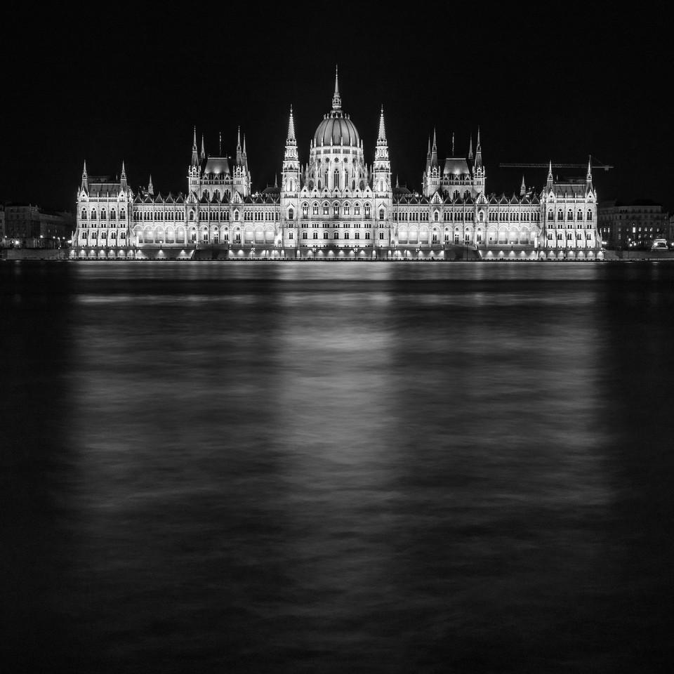 Parlament éjszaka magas Duna vízállásnál