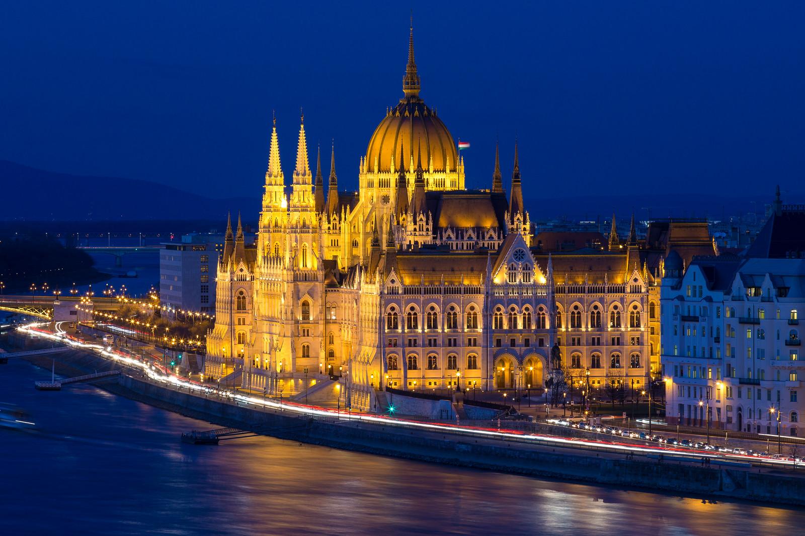 Parlament a kékórában éjszaka a Budai Várból